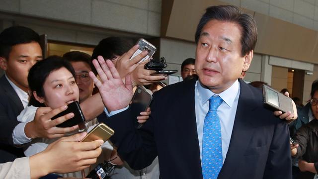 마이크 뿌리치는 김무성 대표