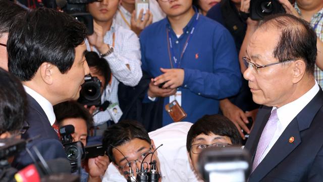 '국정화' 반대, 야당 항의받는 황우여 부총리
