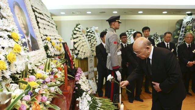 김영삼 전 대통령 빈소 조문하는 전두환