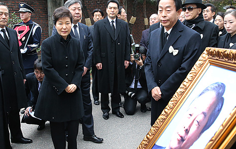 '죽은 YS'가 '산 박근혜' 이겼다