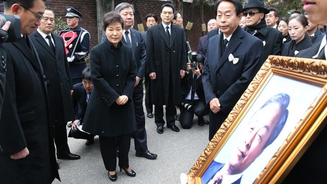 YS영정 바라보는 박근혜 대통령