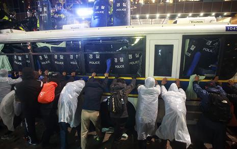 시위 안 갔는데 버스 파손했다는 경찰
