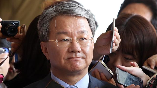 검찰청 포토라인에 선 검사장 출신 홍만표 변호사