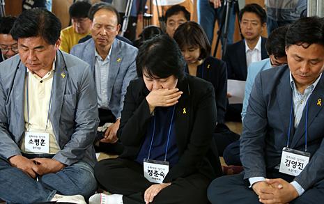 """더민주 초선 22명, 팽목항서 눈물  """"국회 개원하면 인양 적극 대처"""""""
