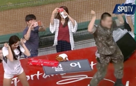 춤 췄다고 규정위반?  이상한 '군와이스' 민원
