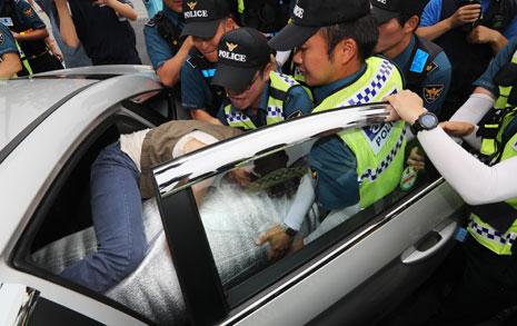 물품 빼앗고 사라진 경찰  경찰 쫓아간 세월호 유족