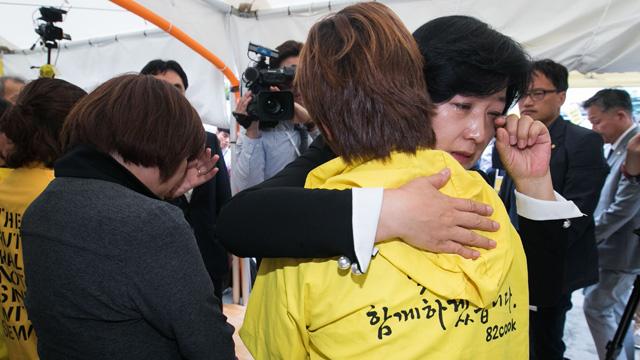 추미애, 세월호 유가족 만나 결국 눈물