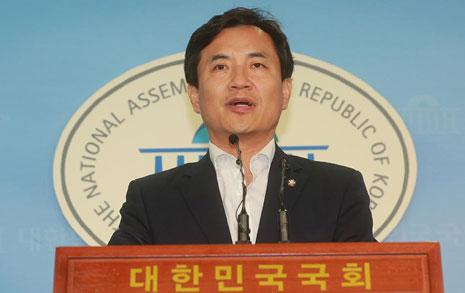 대통령 칭찬 받은 김진태  <조선> 주필 끌어내렸다