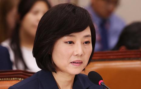 '5억 생활비'  끝내 해명 못한 조윤선