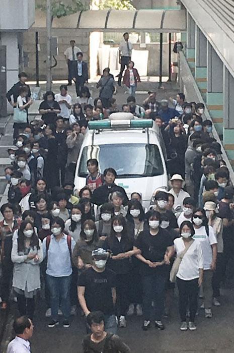 경찰 장례식장 봉쇄 구급차 감싼 시민들