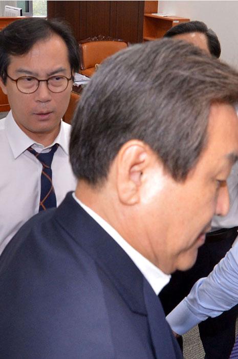 새누리 의원들에게 갇힌 새누리 국회 국방위원장