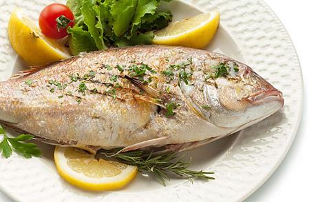 식탁 위 생선요리에 플라스틱이...