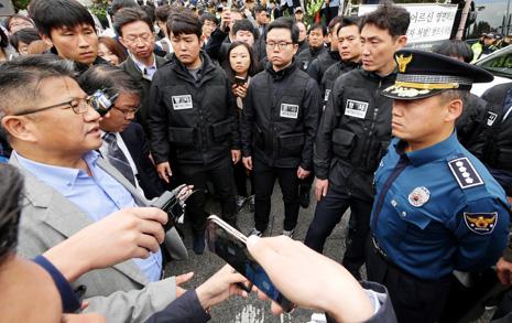 """""""유족은 부검에 반대하나?""""  경찰은 모두 아는 걸 왜 또 물었나"""