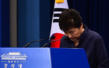 """""""박근혜, 의문의 여성과 긴밀한 관계 인정"""""""