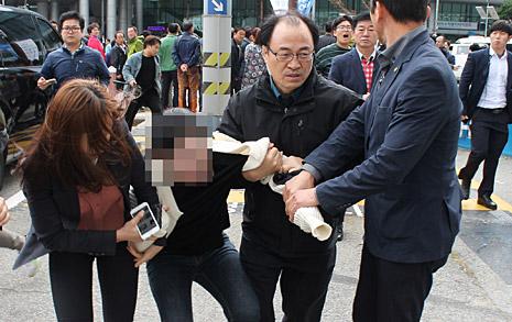 """부산 방문한 박 대통령 향해  대학생들 """"하야하라"""" 기습시위"""