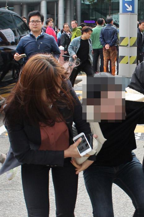 """부산행 박 대통령에   """"하야하라"""" 기습시위"""