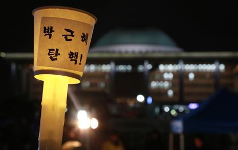 '국회포위' 무산됐지만...  빗속 5천명 분노의 폭죽
