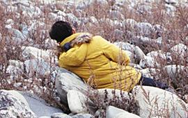 추운 겨울 돌 위에 누웠다, 미쳤다 하진 않을까