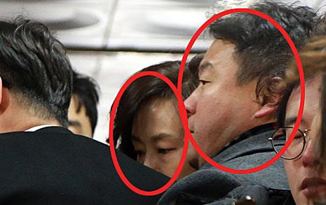 법원 나온 조윤선, 문체부  방호 직원 동원해 취재 방해