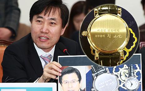 """'권한대행 시계' 배포한 황교안, """"탄핵 기념이냐?"""""""