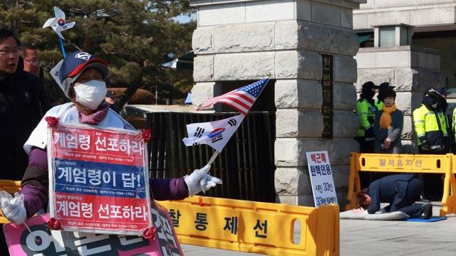 """""""계엄령 선포하라"""" 대 """"탄핵인용 해주세요"""""""