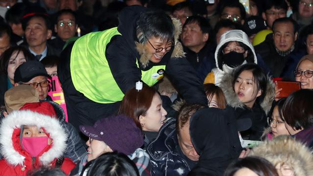 """광장에 선 이은미 """"오늘은 자원봉사자"""""""