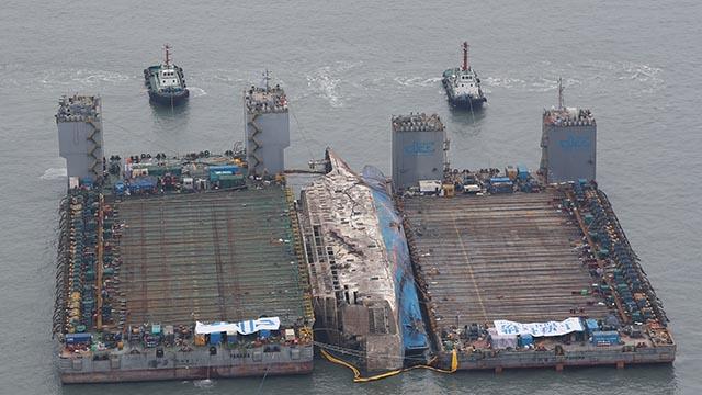 세월호, 반잠수정 선박으로 이동 준비중