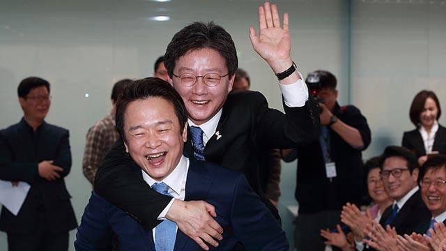 유승민, 대선후보 선출 축하 '어부바'