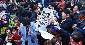 """경주역 기습시위 """"강간모의 홍준표 사퇴""""  홍준표 """"당선되면 여론조사기관 2곳 폐쇄"""""""