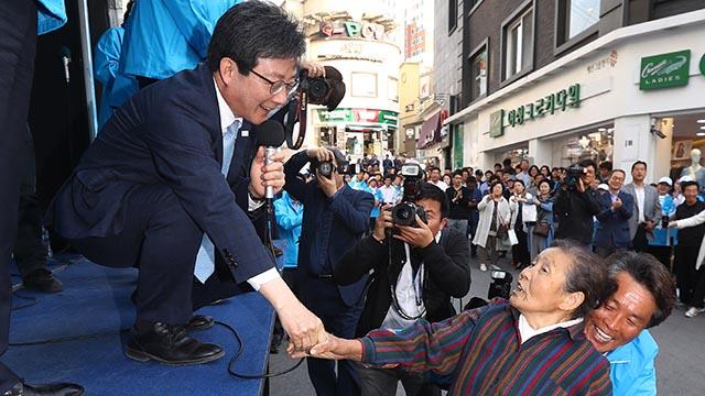 """춘천 시민 """"파란색이라 문재인인 줄 알았네"""""""
