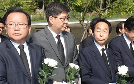 """노무현 묘소서 만난  YS·DJ 아들 """"문이 적임자"""""""