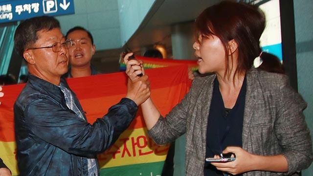 취재기자 손목, 힘으로 제압하는 장준규 육군참모총장