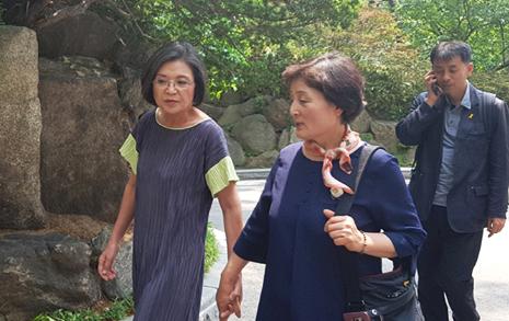 '문재인'이 잡아줬던 손  총리 부인에게 내어주다