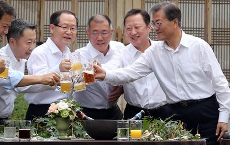 맥주 '자작'하는 대통령  받아쓰지 않는 회장님들
