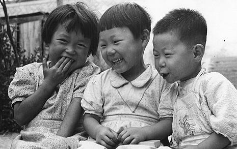 전쟁 포화 아래서도  해맑은 아이들