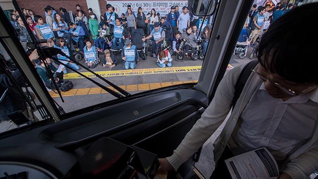 바라 볼 수 밖에 없는 귀성 버스