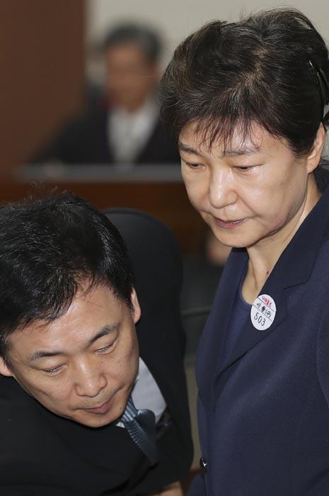 '30만 원' 받고 박근혜 재판 맡는 국선 변호사