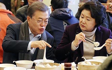 """""""문재인 대통령이  '혼밥'하고 있다고?"""""""