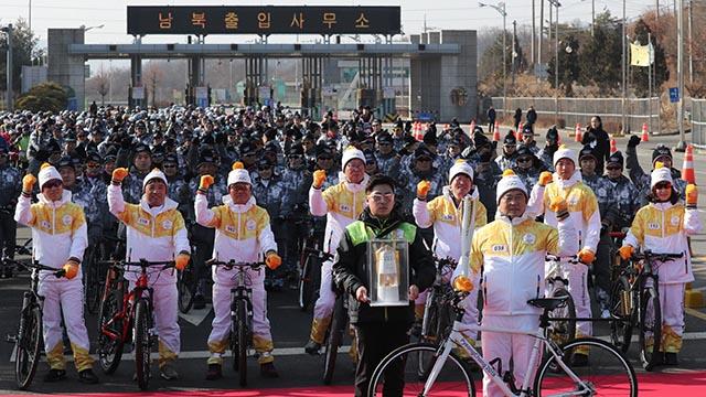 '평화의 길' 경의선 육로 성화 봉송