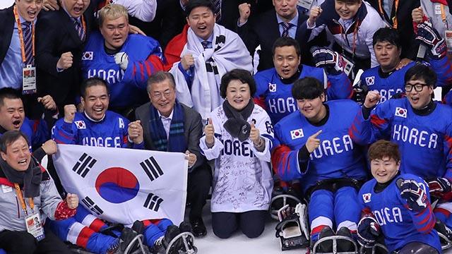 문재인 대통령 부부 아이스하키팀과 기념촬영