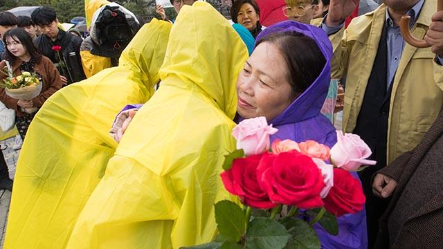 '미안해요, 베트남' 청와대 앞에서 전한 '사과의 꽃'
