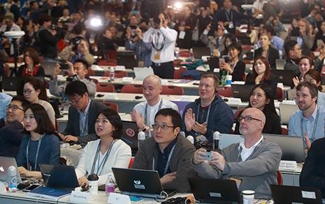 문재인-김정은 만남 순간  박수치는 외신기자들