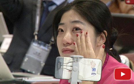 남북 두 정상 손잡는 순간,  외신들도 울었다