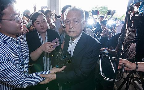다시 포토라인 선 김기춘 이번엔 재판거래 의혹