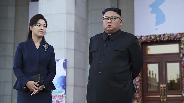 김정은 위원장 바라보는 리설주 여사의 시선