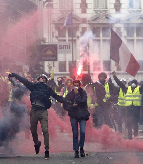 """""""경찰에게 맞는 거  우린 두렵지 않다"""""""