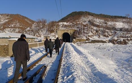 무릎 높이 눈길에 찍힌 발자국... 북한식 겨울 환대