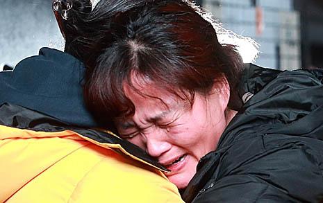 김용균씨 엄마,  세월호 엄마를 끌어안다
