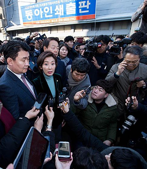 """한국당 """"손혜원, 돈에 미쳐""""  시민들 """"투기? 보면 모르나"""""""