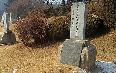 다시 도마 위에 오른  현충원 '일본군 장교' 묘